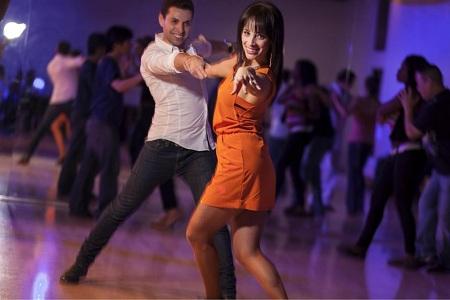 salsa-dancers